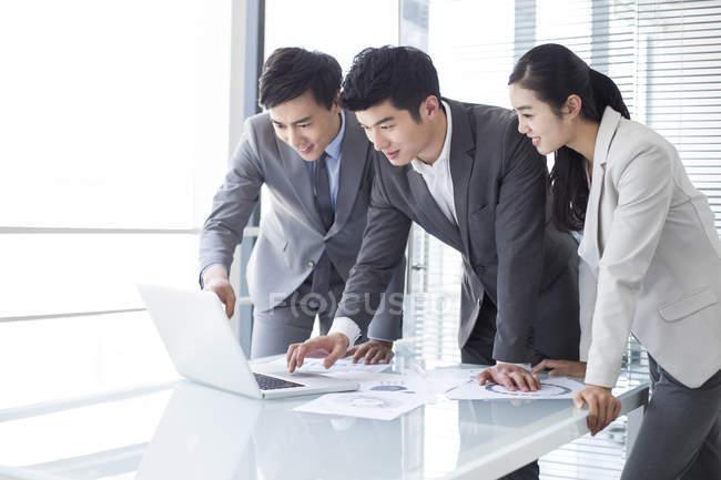 Китайський ділових людей, використовуючи ноутбук на засіданні — стокове фото