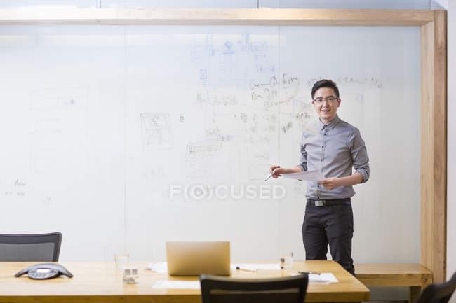 Китайский программист, стоя перед доски — стоковое фото