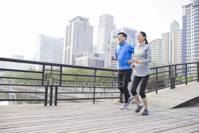 Китайський Літня пара працює на місто міст — стокове фото