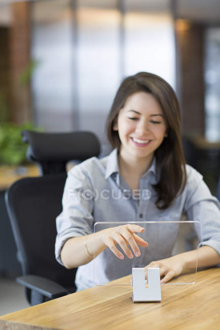 Femelle il travailleur développant une tablette numérique au bureau — Photo de stock