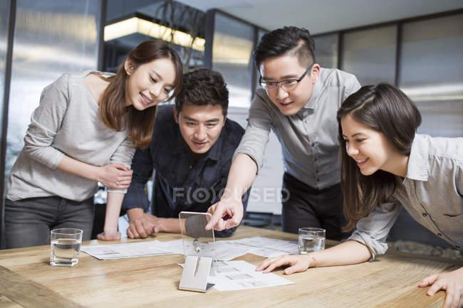 Travailleurs informatiques chinois développant smartphone — Photo de stock