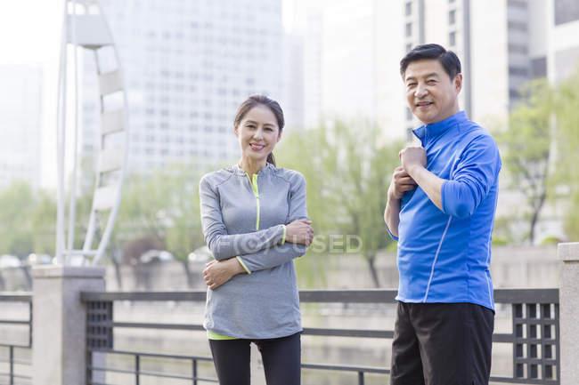 Casal chinês maturo descansando após o exercício — Fotografia de Stock
