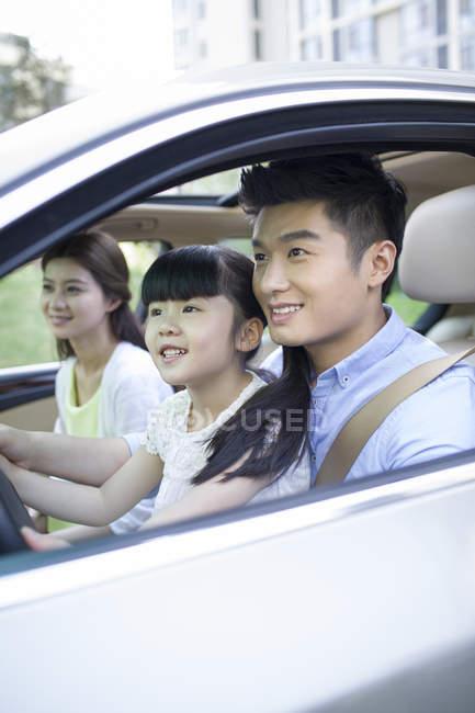 Padre cinese prendendo figlia guida auto — Foto stock