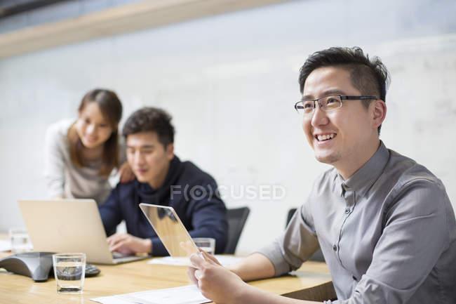 Chinoise elle travailleur développement tablette numérique — Photo de stock