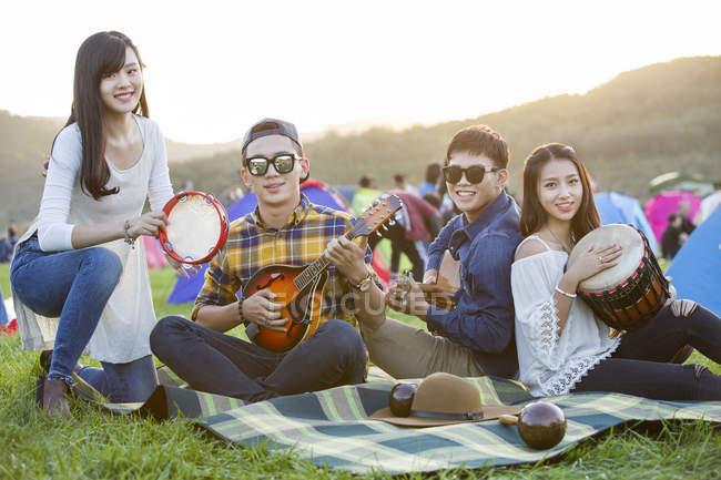 Amis chinois jouant des instruments de musique au festival de musique — Photo de stock