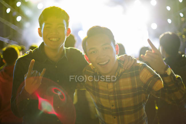 Amigos chineses se divertindo no festival de música — Fotografia de Stock