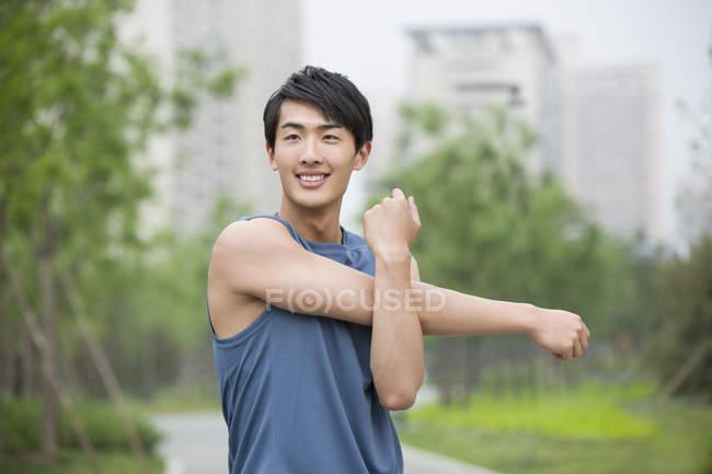 Chinese streckt Arme auf Straße aus — Stockfoto