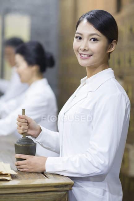 Китайський лікаря за допомогою Ступка в ретро аптека — стокове фото