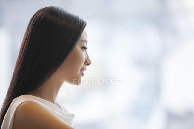 Профиль молодой китайской женщины — стоковое фото