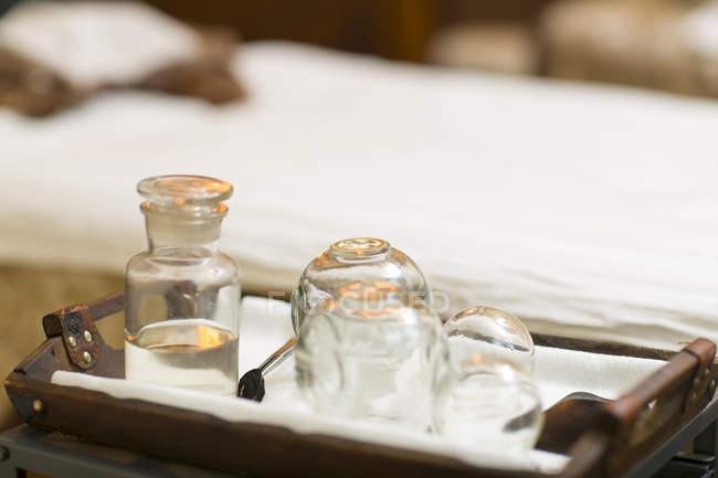 Vetreria tradizionale di coppa impostata su vassoio — Foto stock