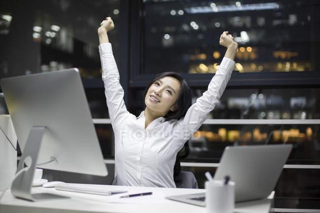 Китайський бізнес-леді розтягування в офісі — стокове фото