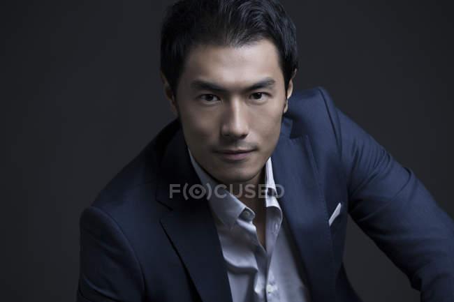 Портрет уверенного китайского бизнесмена — стоковое фото