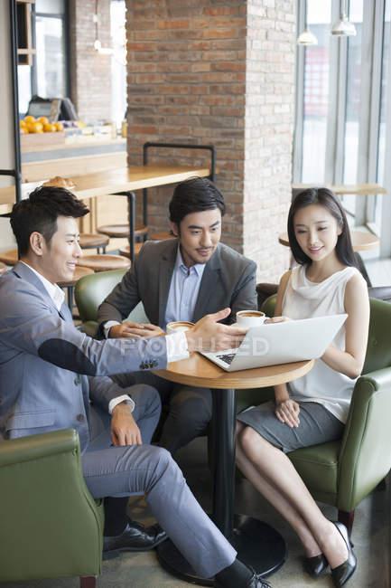 Uomini d'affari cinesi in riunione in caffè — Foto stock