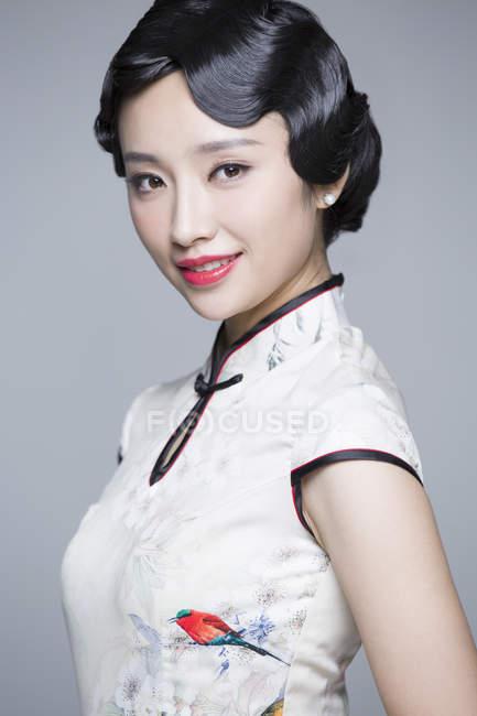Portrait d'une femme chinoise en robe cheongsam traditionnel — Photo de stock