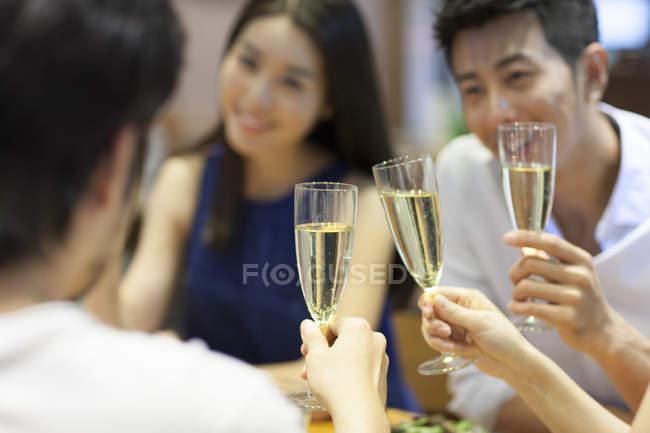 Китайские друзья пьют шампанское в ресторане — стоковое фото
