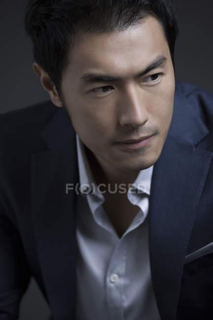Retrato de empresário chinês confiante — Fotografia de Stock