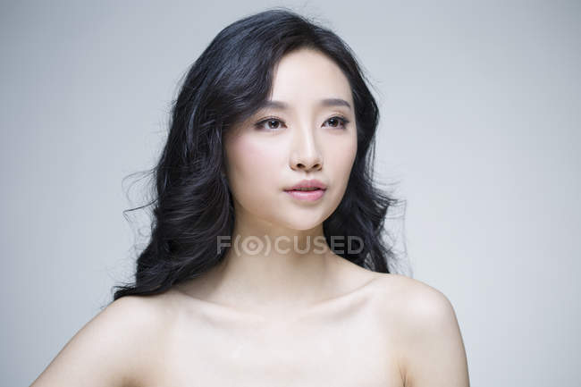 Retrato de hermosa mujer China con maquillaje natural - foto de stock