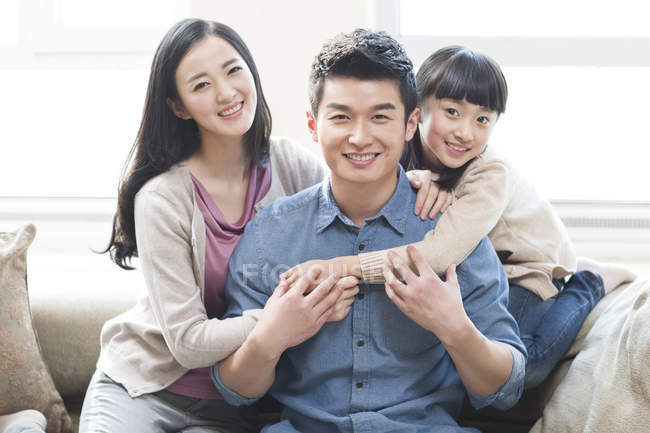 Porträt einer fröhlichen chinesischen Familie — Stockfoto
