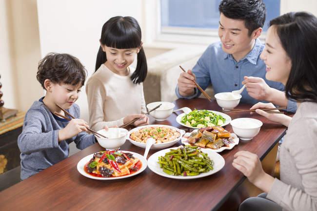 Chinesische Familie isst gemeinsam am Esstisch — Stockfoto