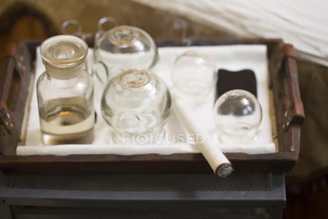 Set di coppe e prodotto moxa su vassoio — Foto stock