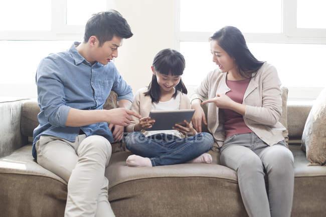 Genitori cinesi rimproverando figlia con tablet digitale — Foto stock