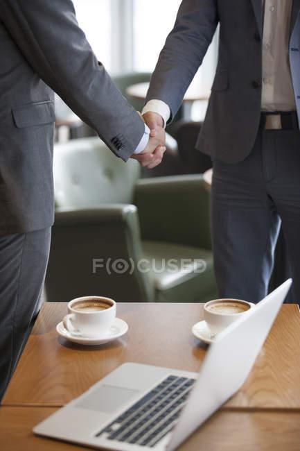Китайские бизнесмены пожимают руки — стоковое фото