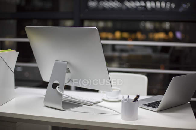Moniteur ordinateur portable et ordinateur de bureau — Photo de stock