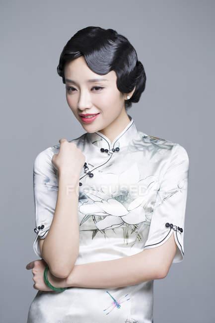 Китайська жінка в традиційних cheongsam плаття — стокове фото