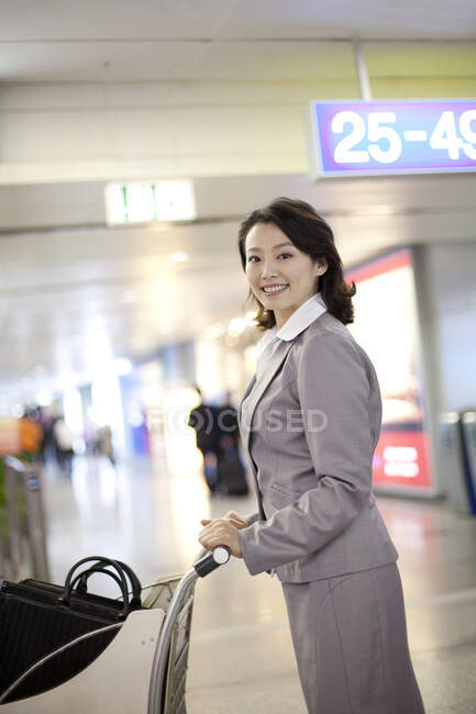Young chinese businesswoman in airport scene — Stock Photo