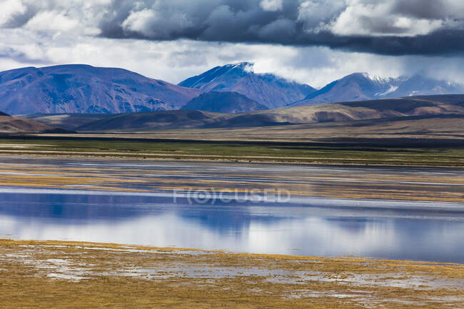 Scenic view of mountains and lake in Tibet, China — Stock Photo