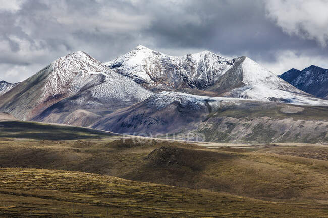Beautiful mountainous landscape in Tibet, China — Stock Photo