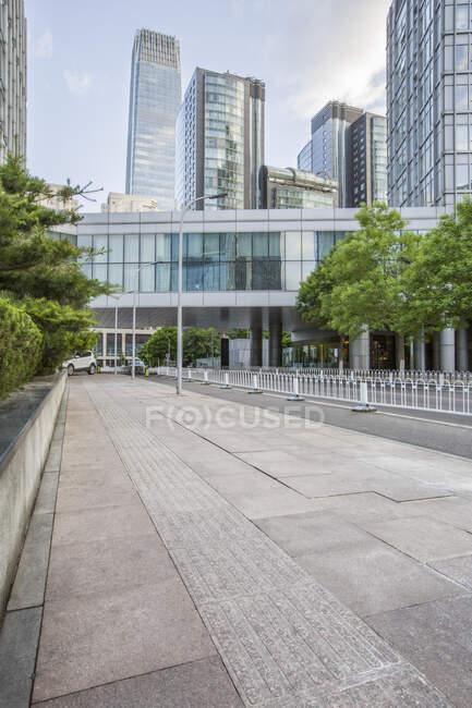 Escena urbana callejera con edificios, China - foto de stock