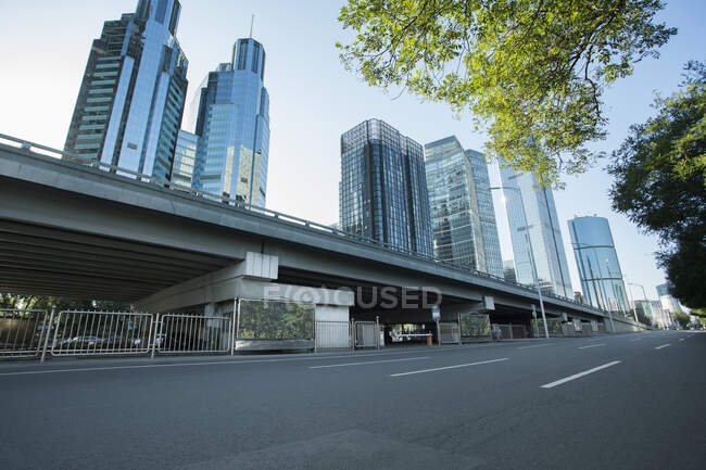 Cena urbana de rua com edifícios, China — Fotografia de Stock