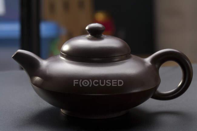 Крупный план традиционного китайского керамического чайника — стоковое фото