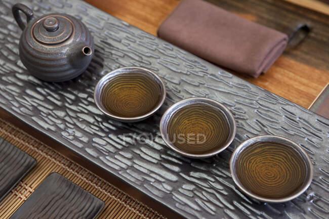 Chinesische Teekanne und Teetassen hintereinander — Stockfoto