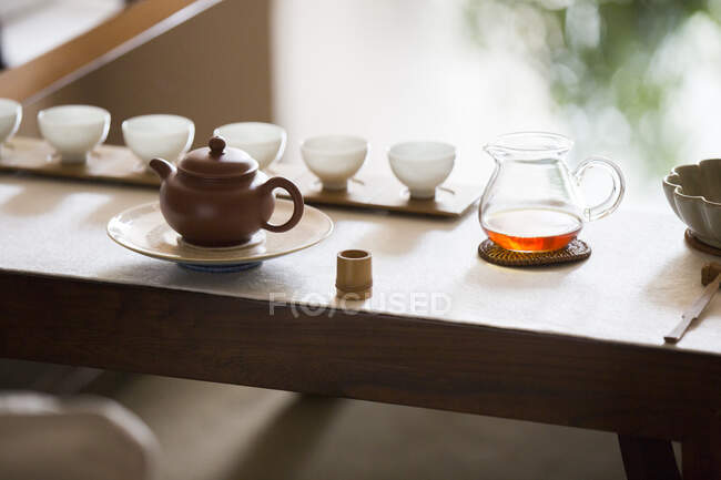 Chinese tea pots and tea cups in row — Fotografia de Stock