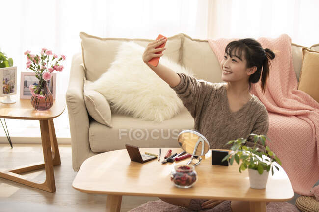 Donna che prende selfie dopo il trucco — Foto stock