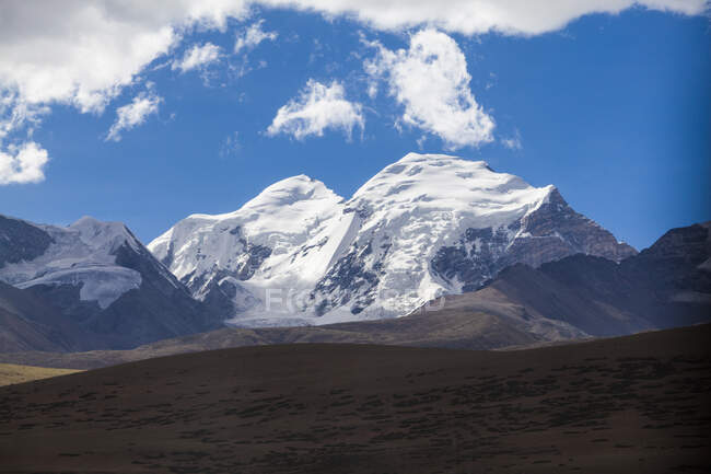 Snowy Tibet mountains peaks in bright sunlight, China — Stock Photo