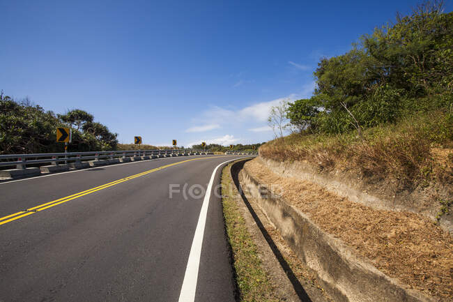 Asphalt road with blue cloudy sky in Taiwan, China — Stock Photo