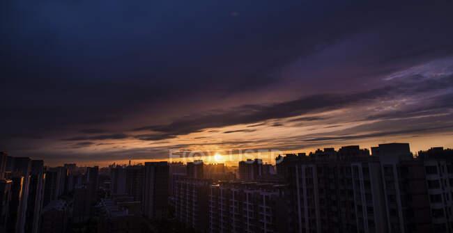 Небо над будівлями в Пекіні (Китай). — стокове фото