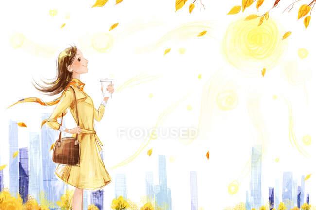 Mulher com xícara de café de pé e olhando para a cena do outono — Fotografia de Stock