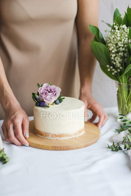 Pastry chef preparing naked wedding birthday cake. Candy maker decorating rustic layer homemade cake with cream. Selective focus. Piece of cake. Vegan raw cake. — Stock Photo