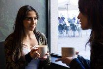 Frauen, die Kaffee im café — Stockfoto
