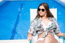 Frau, die Ruhe am Pool — Stockfoto