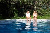 Paar Bier am pool — Stockfoto