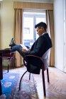 Бізнесмен сидить з ніг на стіл — стокове фото