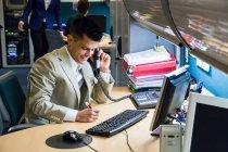 Office employee talking on phone — Stock Photo