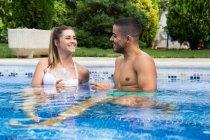 Junges Paar zusammen am Pool — Stockfoto