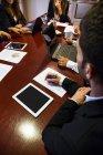 Tomar notas de empleado en reunión - foto de stock