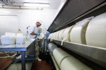 Uomo che lavora alla manifattura di formaggio — Foto stock